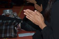Respect bouddhiste de salaire de femmes aux moines image libre de droits