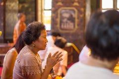 Respect bouddhiste thaïlandais de femme à Bouddha Image libre de droits