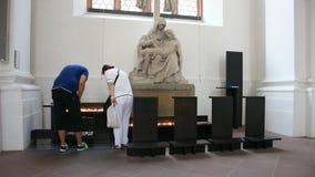 Respect de prière de personnes de bougie allemande de brûlure à béni Vierge Marie et Jésus banque de vidéos