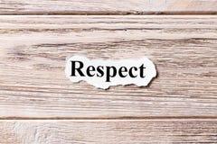 Respect du mot sur le papier Concept Mots de respect sur un fond en bois image libre de droits