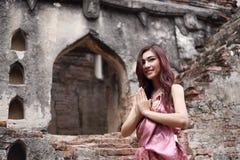Respect femelle de salaire dans la robe traditionnelle thaïlandaise image stock