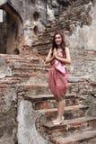 Respect femelle de salaire dans la robe traditionnelle thaïlandaise images libres de droits