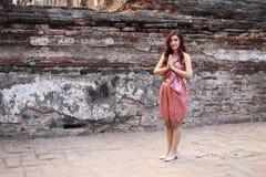 Respect femelle de salaire dans la robe traditionnelle thaïlandaise photos libres de droits