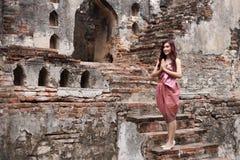Respect femelle de salaire dans la robe traditionnelle thaïlandaise photo libre de droits
