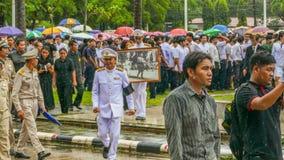 Respect officiel de salaire au Roi décédé Bhumibol Adulyadej Photographie stock libre de droits