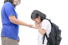 Respecto o sawasdee lindo de la paga de la estudiante a su madre fotos de archivo