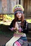 Respecto tradicionalmente vestido de la paga de la mujer de la tribu de la colina de Mhong Foto de archivo libre de regalías