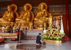Respeito tailandês do pagamento da mulher à imagem do rei atrasado Bhumibol Adulyadej Imagem de Stock Royalty Free