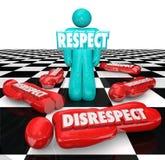 Respekt Vs respektlöshet en Person Winner Standing Chess Board Royaltyfri Bild