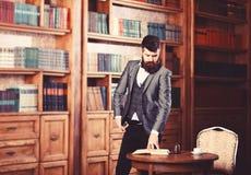 Respektabel stilig man i hans kontor Klassiskt tappningstil och mode arkivbilder