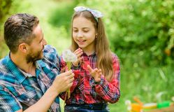 Respektera ekologi ekologi Lycklig familjdag Liten flicka och lycklig manfarsa brown r?knad dagjord som milj?l?vverk g?r den g?en royaltyfria foton