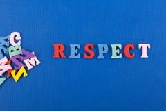 RESPEKTord på blå bakgrund som komponeras från träbokstäver för färgrikt abc-alfabetkvarter, kopieringsutrymme för annonstext Royaltyfri Fotografi