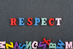 RESPEKTord på svart brädebakgrund som komponeras från träbokstäver för färgrikt abc-alfabetkvarter, kopieringsutrymme för annonst Royaltyfria Bilder