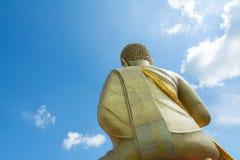 Respete a Buda de oro grande en el templo en Tailandia en la sol Imágenes de archivo libres de regalías