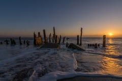 Respinga i vecchi frangiflutti del punto e difese di mare di legno della spiaggia Fotografia Stock Libera da Diritti