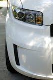 Respingente di fronte dell'automobile bianca fotografia stock