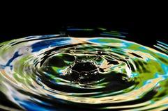 Respingo bonito de gotas de néon verde-amarelas da água Fotografia de Stock