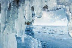 Respingo congelado gelado em uma parede do gelo Imagens de Stock