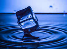 Respingo da água com cubo e ondas Conceito do respingo Foto de Stock Royalty Free