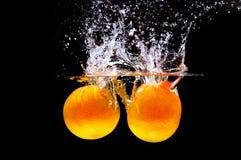 respingo da água com laranja fresca Foto de Stock