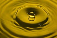Respingo da água no amarelo foto de stock royalty free