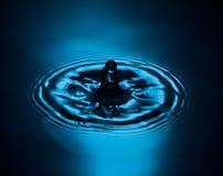 Respingo da água no azul foto de stock
