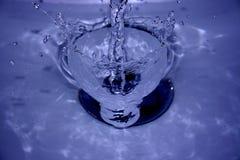 Respingo da água no dissipador Fotos de Stock