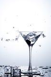 Respingo da água no vidro com gelo Fotos de Stock
