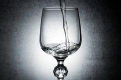 Respingo da água no vidro de vinho imagens de stock