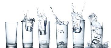Respingo da água nos vidros isolados no branco Fotos de Stock