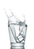 Respingo da água nos vidros isolados no branco Fotografia de Stock