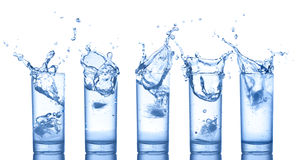 Respingo da água nos vidros no branco Foto de Stock