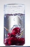 Respingo da cereja na água Imagem de Stock