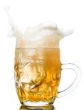 Respingo da cerveja nos vidros isolados no branco Imagem de Stock Royalty Free