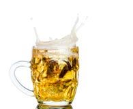 Respingo da cerveja nos vidros isolados no branco Fotografia de Stock Royalty Free