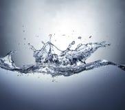 Respingo da coroa na água incomodada. Vista lateral. foto de stock royalty free