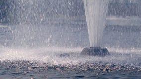 Respingo da fonte As gotas da água que espirram na água surgem no movimento lento vídeos de arquivo
