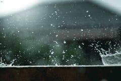 Respingo da forma da água da gota de chuva fotos de stock
