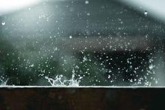 Respingo da forma da água da gota de chuva fotografia de stock