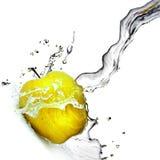 Respingo da água fresca na maçã amarela Imagens de Stock