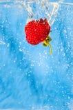 Respingo da morango no preto Foto de Stock