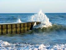 Respingo da onda no cais Foto de Stock Royalty Free