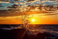 Respingo da onda no por do sol Conceito da liberdade Beleza da natureza Foto de Stock Royalty Free