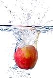 Respingo de Apple na água Fotos de Stock Royalty Free