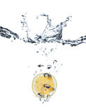 Respingo de Lemmon na água Foto de Stock