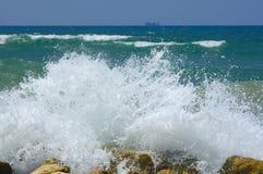 Respingo de ondas de quebra Imagem de Stock