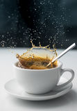 Respingo do café no copo branco imagem de stock royalty free
