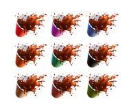 Respingo do café preto em uns copos de uma ondinha do plástico isolados em um fundo branco 9 variações da cor ilustração royalty free