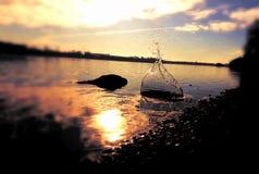 Respingo do cascalho na cor surreal da praia do rio Fotografia de Stock