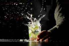 Respingo do cocktail com cubos e cal de gelo imagem de stock
